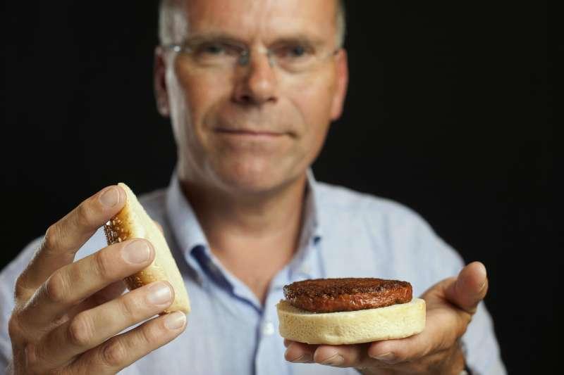在英國首都倫敦,荷蘭馬斯特里赫特大學教授波斯特展示用他培育出的「試管牛肉」製成的「試管牛肉漢堡」。 (新華社)