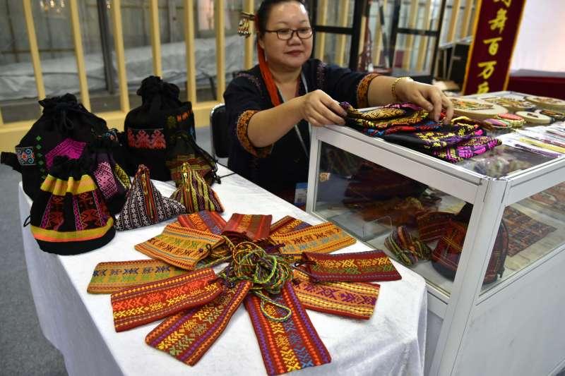 在文博會非遺展館,海南黎族婦女在展示黎族傳統紡染織繡製品(新華社)