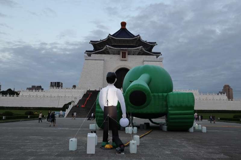 今年是「六四30周年」,自由廣場巨型的綠色坦克戶外裝置藝術,重現了六四天安門事件中的知名照片場景「坦克人」。(蔡娪嫣攝)