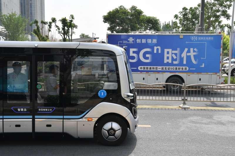 自動駕駛巴士在鄭州市中道東路上行駛。(新華社)
