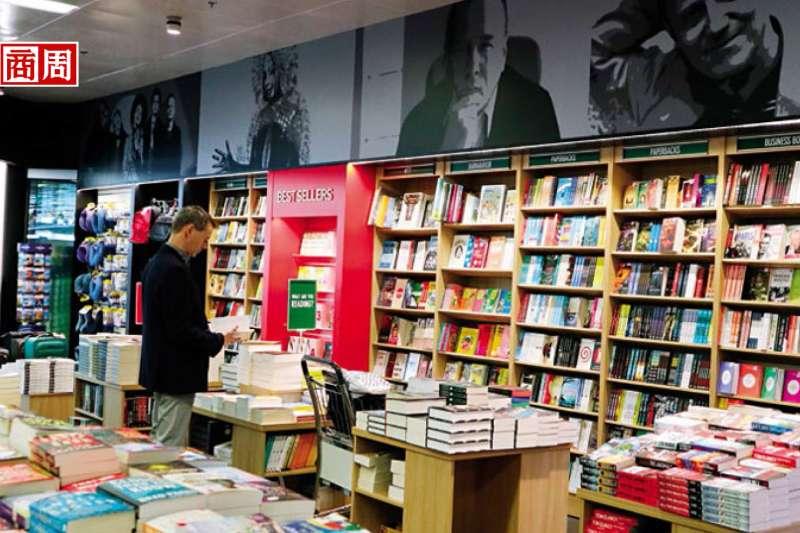 小說、藝術或詩歌類書籍在冰島銷量遠高於金融書籍。這家書店銷售排行榜上,過半是犯罪懸疑小說。(攝影者.柯曉翔)