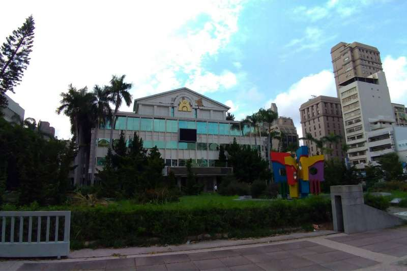 舊高雄市市議會曾是高雄民意最高殿堂,如能改造成總統南辦一定能相得益彰。(圖/徐炳文攝)