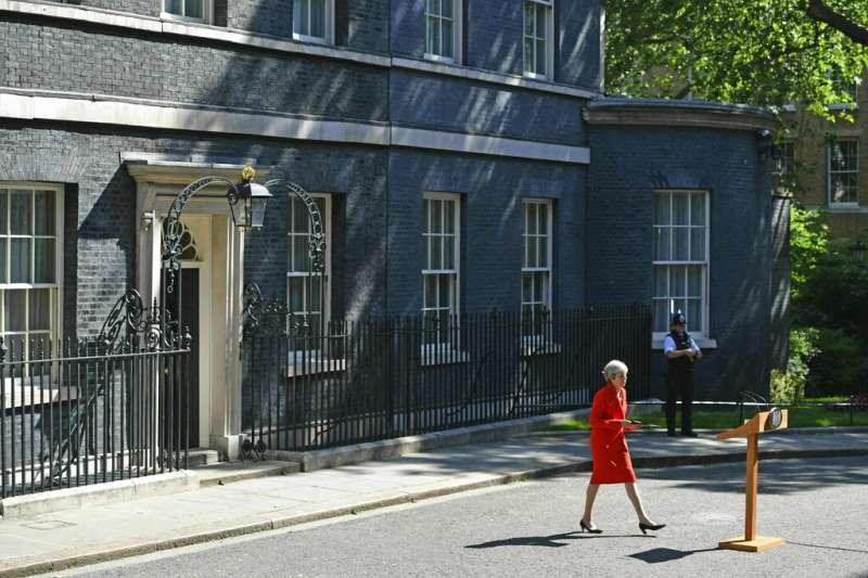 英國首相梅伊宣布將在6月7日辭去保守黨黨魁一職。(AP)