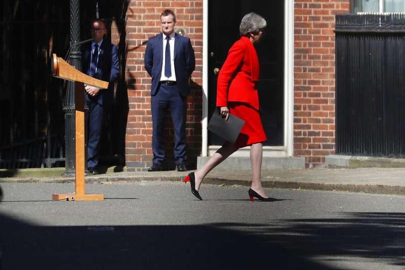 英國首相梅伊哽咽宣布將在6月7日辭去保守黨黨魁一職,隨後黯然離去。(AP)