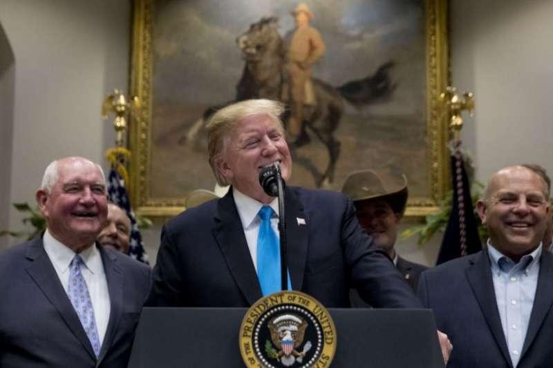 美國總統川普與德州共和黨國會眾議員科納威(左)與美國農業部長珀杜(右)在白宮與一些美國農牧場主會面。(美聯社)