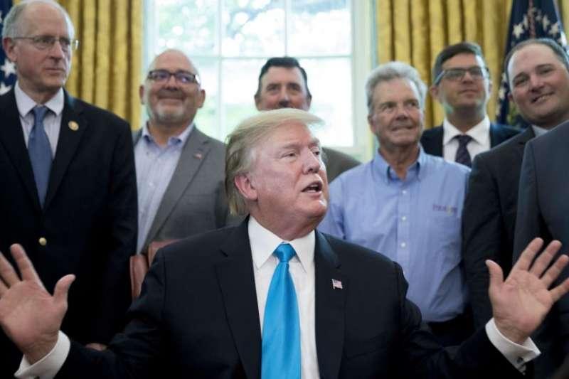 美國總統川普與德州共和黨國會眾議員科納威(左)與美國農業部長珀杜(右)在白宮橢圓形辦公室與一些美國農牧場主會面。(美聯社)
