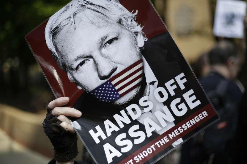 「維基解密」網站創辦人阿桑奇(Julian Assange)深陷跨國法律訴訟戰,許多支持者示威聲援(AP)