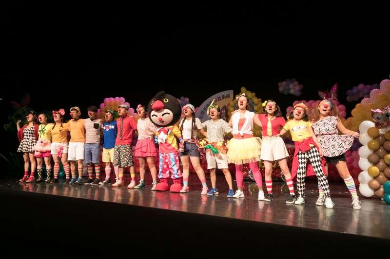 紅鼻子鵲寶公益劇團用「愛與關懷」給孩童最美的時光。(圖/紅鼻子鵲寶公益劇團提供)