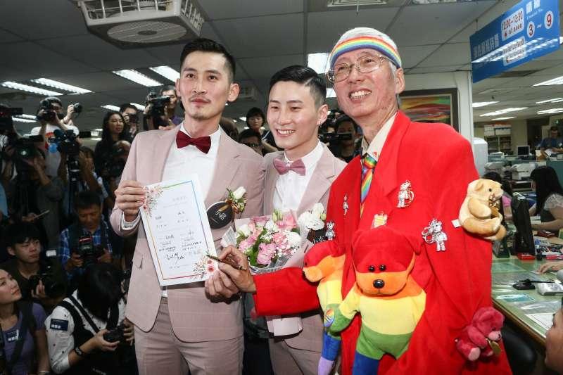 20190524-婚姻平權立法後,首日開放新人登記,祁家威(右)幫新人證婚。(蔡親傑攝)