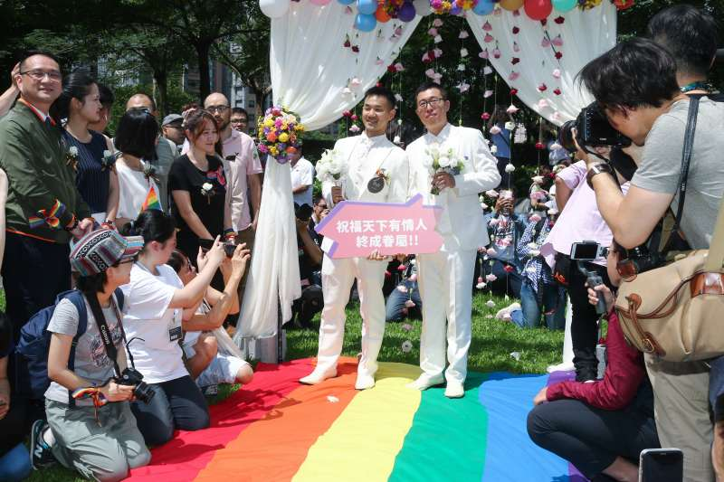 20190524-婚姻平權立法後,首日開放新人登記,並於信義公園舉行婚禮。(蔡親傑攝)