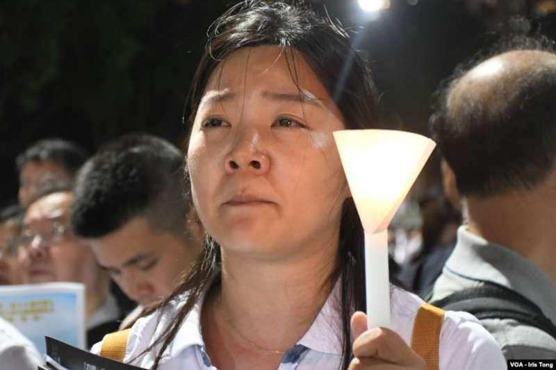 參與六四燭光集會人士眼泛淚光(美國之音)