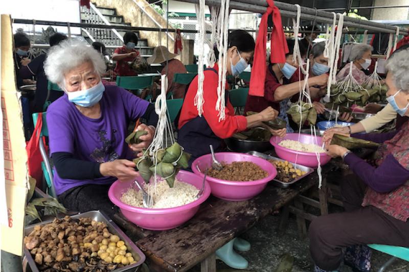 南投縣府整合社會資源,一起綁肉粽贈送給弱勢家庭及獨居老人。(圖/南投縣政府提供)