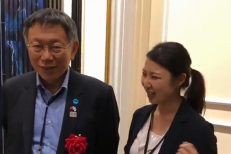 台北市長柯文哲(左)在Instagram上貼出和隨行口譯葉乃萱(右)的合影,發文寫道「3年前訪日的翻譯,3年後還是同一個。」(取自柯文哲IG影片)