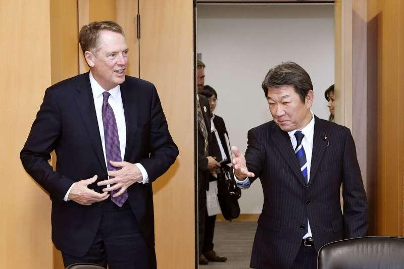 2019年5月26日,日本與美國官員在東京進行貿易談判,左為美國貿易代表萊特海澤,右為日本經濟再生擔當相茂木敏充(AP)