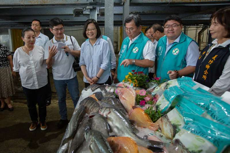 總統蔡英文(前左三)昨下午前往嘉義參訪「義竹東晟水產」。(取自總統府官網)
