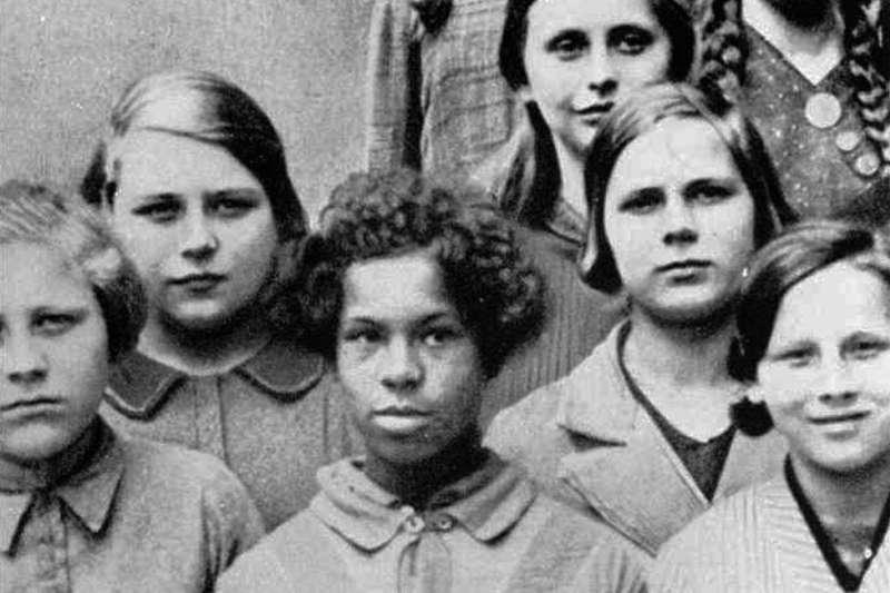 這是1936年位於德勒斯登(Dresden)的種族與健康州立大學遺傳學講座中使用的的一張照片,原標題是:德國女人和法國萊茵蘭駐軍黑人士兵生下的混血兒(BBC)