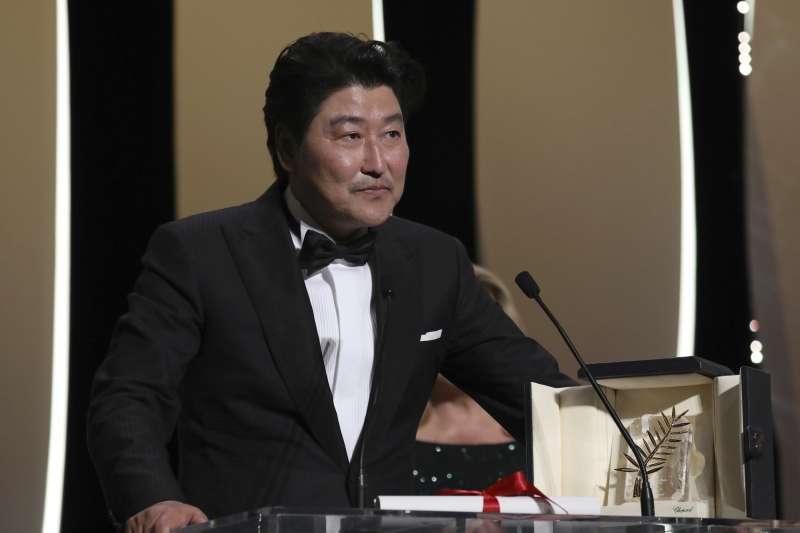 南韓男星宋康昊主演的《寄生上流》(Parasite)奪得2019年坎城影展最高榮譽金棕櫚獎(AP)
