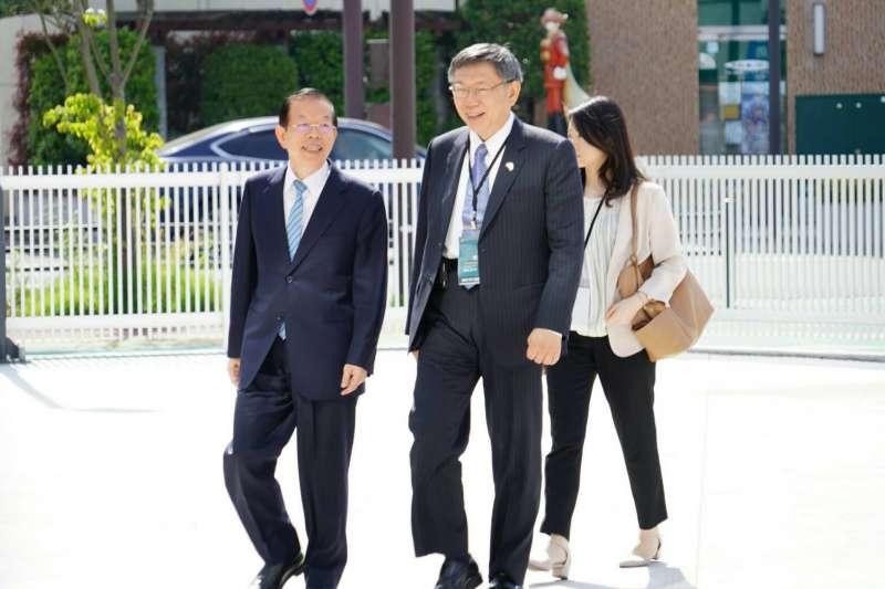 台北市長柯文哲(右)近期訪日本,26日參訪石卷市防災中心。圖左為駐日代表謝長廷。(台北市政府提供)