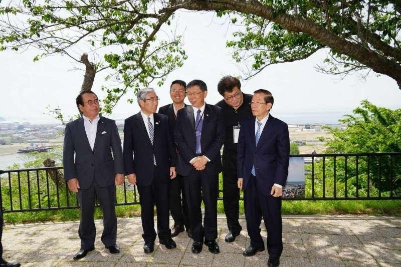 台北市長柯文哲(右三)26日參訪日和山公園。右一為駐日代表謝長廷。(台北市政府提供)