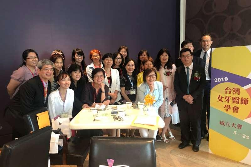 這些專業的女牙醫師其中不乏馬拉松選手、藍帶甜點師、作者、畫家、程式設計師、高山嚮導....。(圖/台灣女牙醫師學會提供)