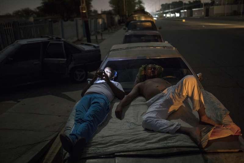 委內瑞拉發生汽油短缺,民眾排隊多日只為了加油(AP)