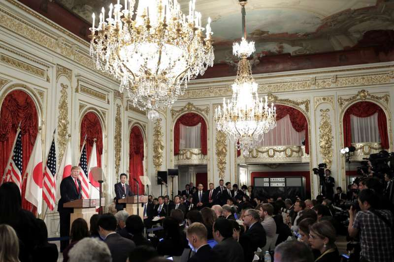 美國總統川普與日本首相在東京迎賓館召開聯合記者會。(美聯社)