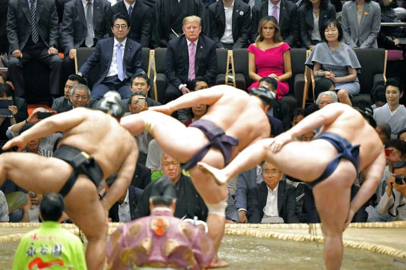 美國總統川普夫婦在日本首相安倍晉三夫婦的陪同下,於東京兩國國技館觀看相撲。如果注意看觀眾席,其實只有安倍與川普等四人有椅子坐,其他人都是以座墊席地而坐。(美聯社)
