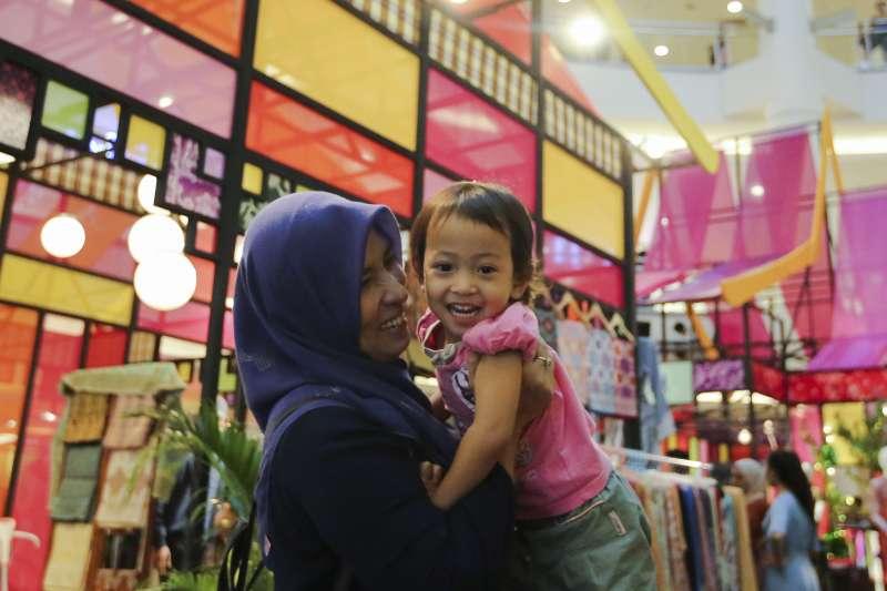 孩子燦爛笑容的背後,往往流淌著媽媽辛酸血淚(AP)