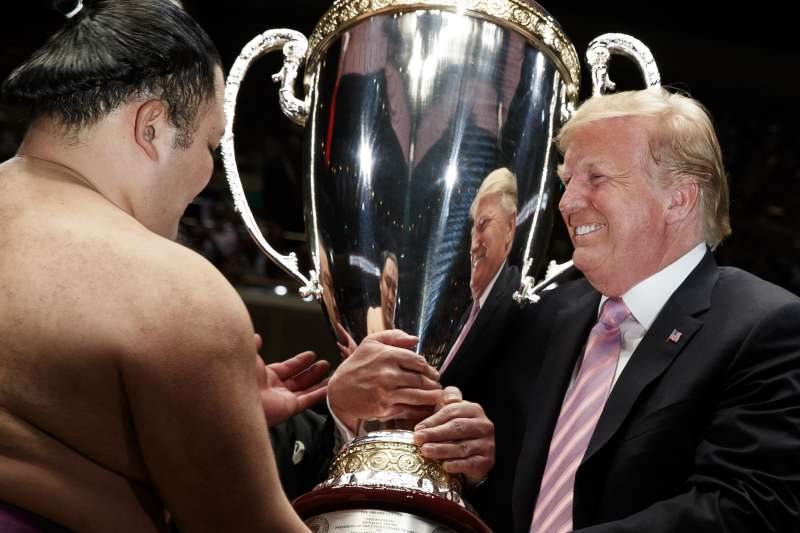 2019年5月26日,美國總統川普在東京觀看大相撲夏季賽事「千秋樂」,並向奪冠的前頭力士朝乃山頒贈「總統盃」。(AP)
