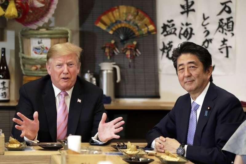 美國總統川普夫婦訪日,日相安倍晉三夫婦26日特地在東京六本木宴請國賓品嚐日式燒烤料理爐端燒。(美聯社)
