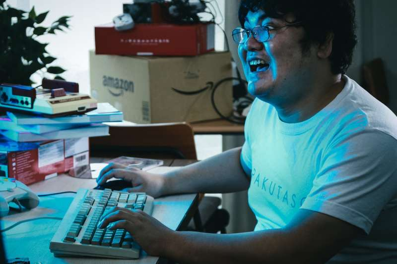 整天黏著遊戲,小心罹患電玩失調症。(圖/pakutaso)