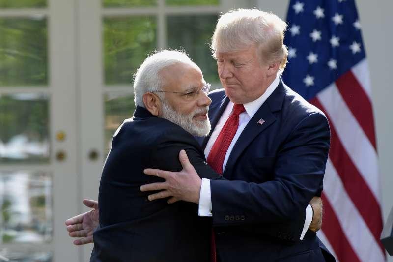 印度總理莫迪與美國總統川普相見歡(AP)