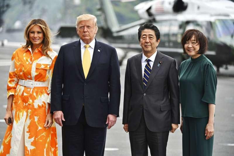 美國總統川普夫婦與日本首相安倍晉三夫婦在加賀號上留影。(美聯社)