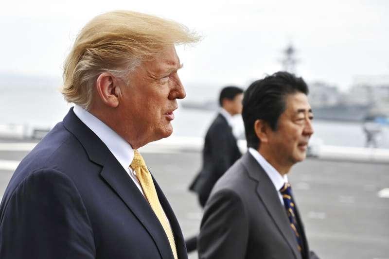 美國總統川普與日本首相安倍晉三28日一同登上加賀號視察。(美聯社)