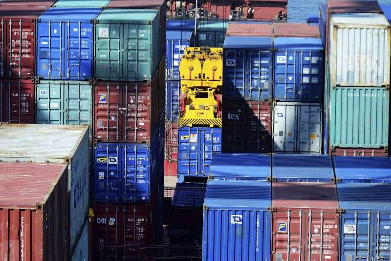 堆積在香港瑪頭的貨櫃。(AP)