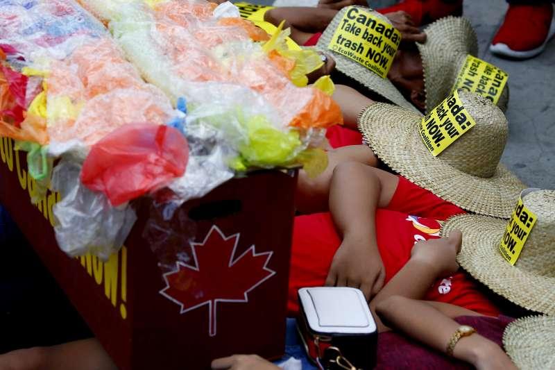 抗議群眾以棺材示威。抗議加拿大進口垃圾。(AP)