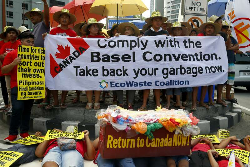 菲律賓抗議加拿大進口垃圾的標語。(AP)