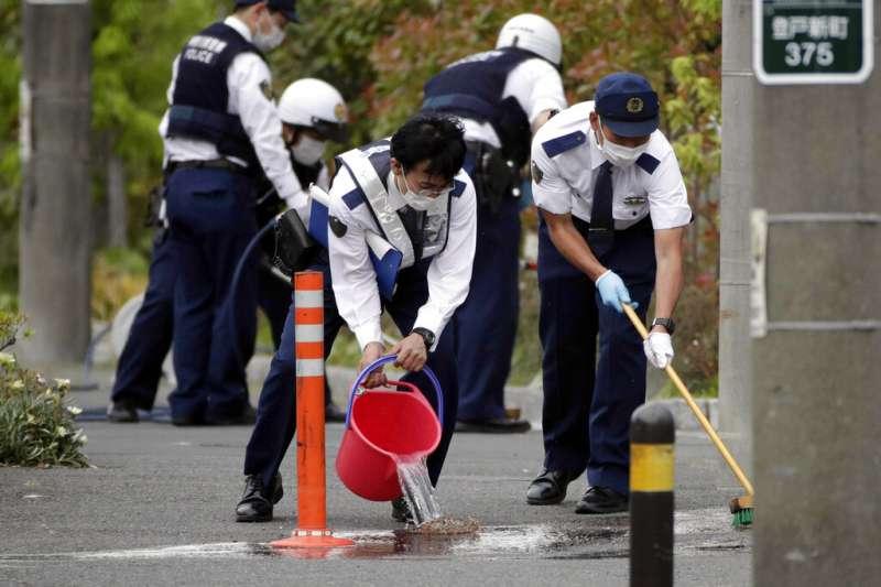 川崎市28日傳出無差別殺人案,警方在蒐證完畢後正在清理現場。(美聯社)