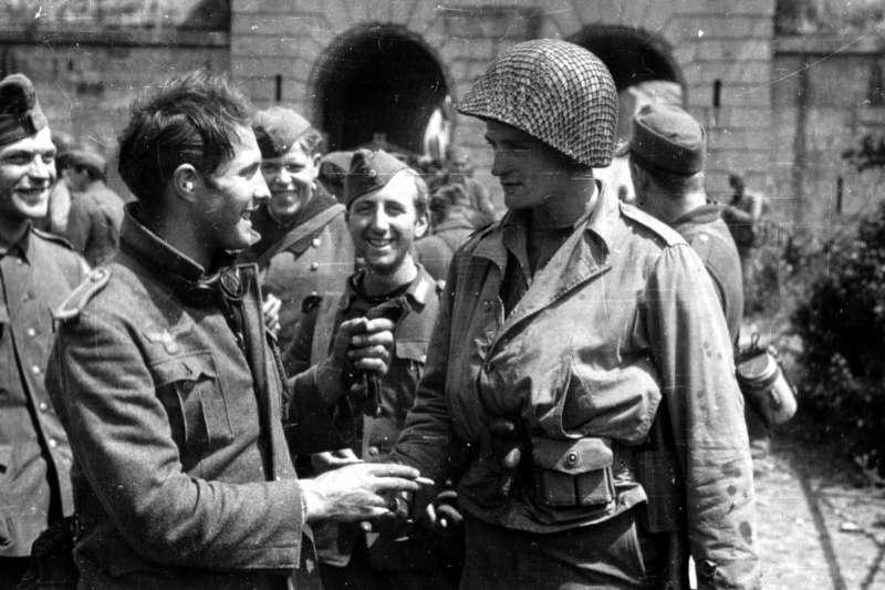 德軍和美軍在二戰時曾並肩作戰?圖為美軍與德軍握手照。(示意圖/PhotosNormandie@flickr)