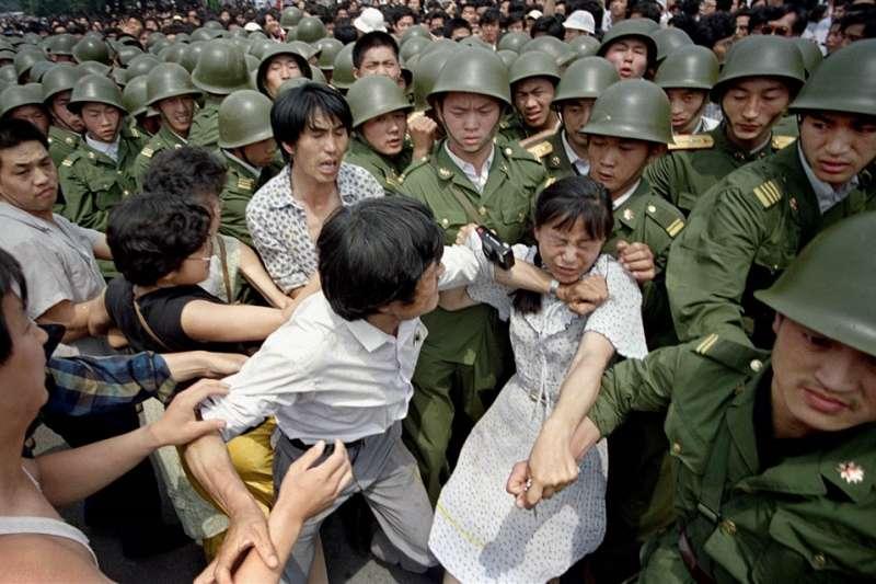 六四、天安門、1989年6月3日,北京市民與軍警發生推擠衝突。(AP)