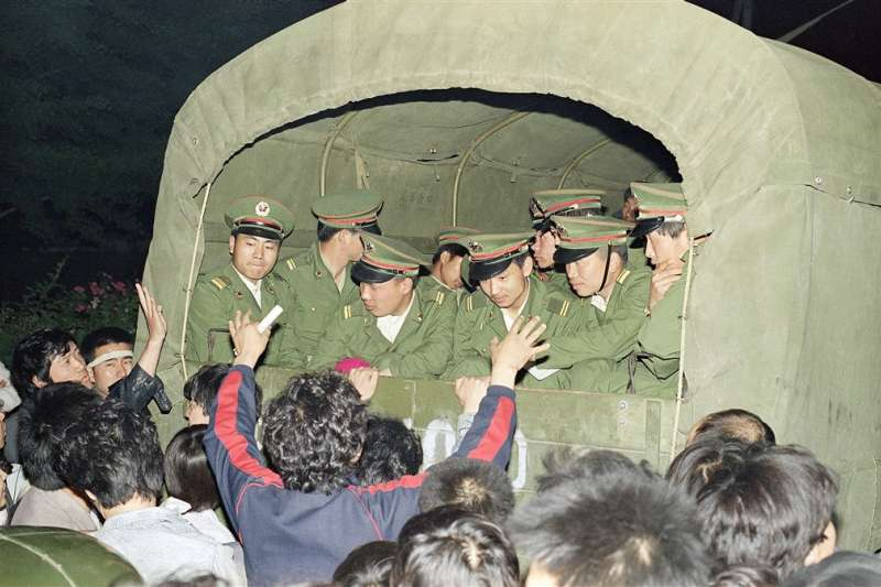 六四、天安門、1989年5月北京戒嚴令頒布後,學生和民眾在各進城路口阻攔戒嚴部隊軍車。(AP)