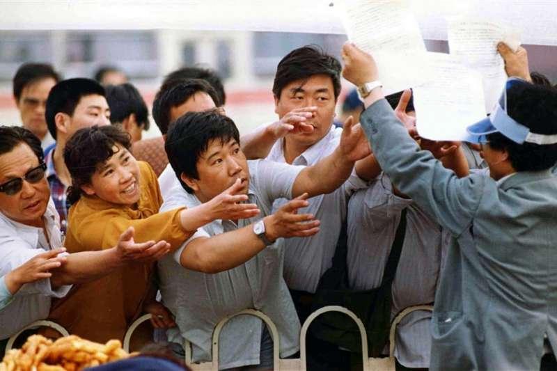 六四、天安門、民眾爭先領取由學生所發行的新聞刊物。(AP)
