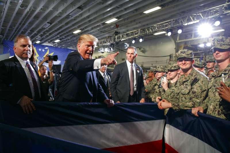 美國總統川普28日赴橫須賀基地視察駐日美軍。(美聯社)