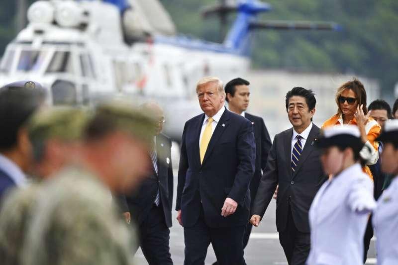 美國總統川普28日赴橫須賀基地視察駐日美軍,並且與日相安倍晉三一同登上直升機護衛艦「加賀」號。(美聯社)