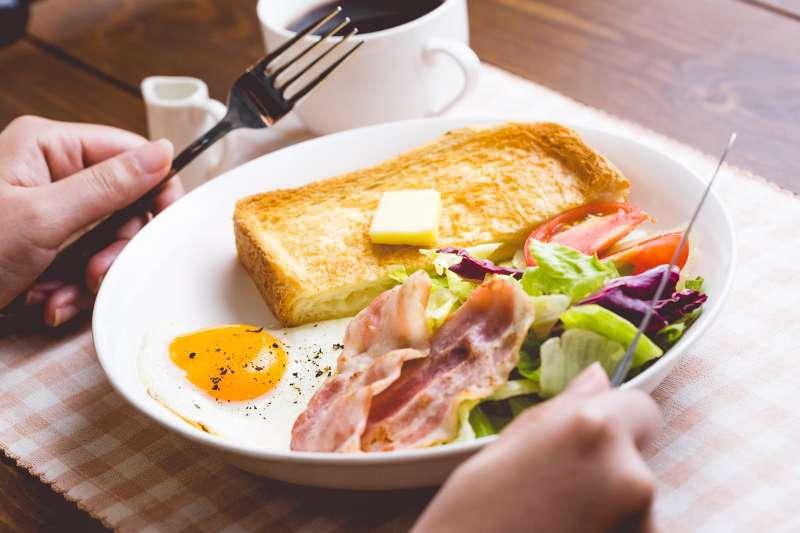如果不覺得餓,就晚一點再吃早餐,或採一日二餐飲食法,以提高腸胃的消化力,亦能幫助呼吸順暢,穩定情緒。(示意圖非本人/すしぱく@pakutaso)
