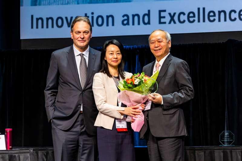 「國際肝臟移植醫學會(ILTS)」5月15日在加拿大多倫多舉行,醫師陳肇隆(右)從大會主席Nancy Man(中)手中接下終身成就獎。(陳肇隆提供)