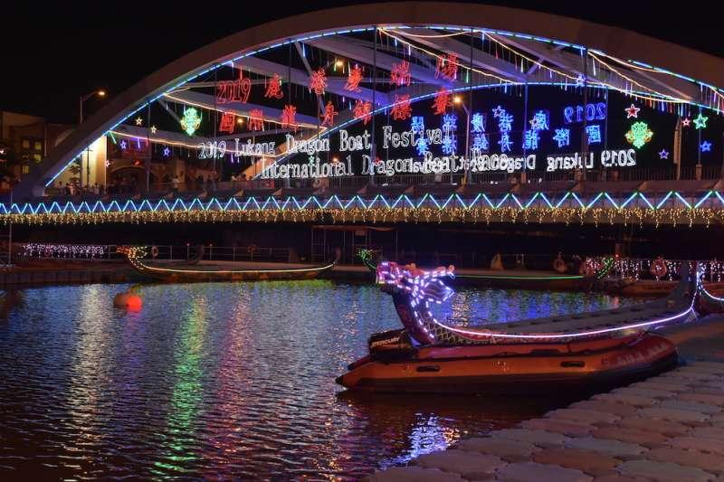 鹿港慶端陽系列活動位在福鹿溪龍舟會場,夜間燈飾璀璨。(圖/彰化縣政府提供)