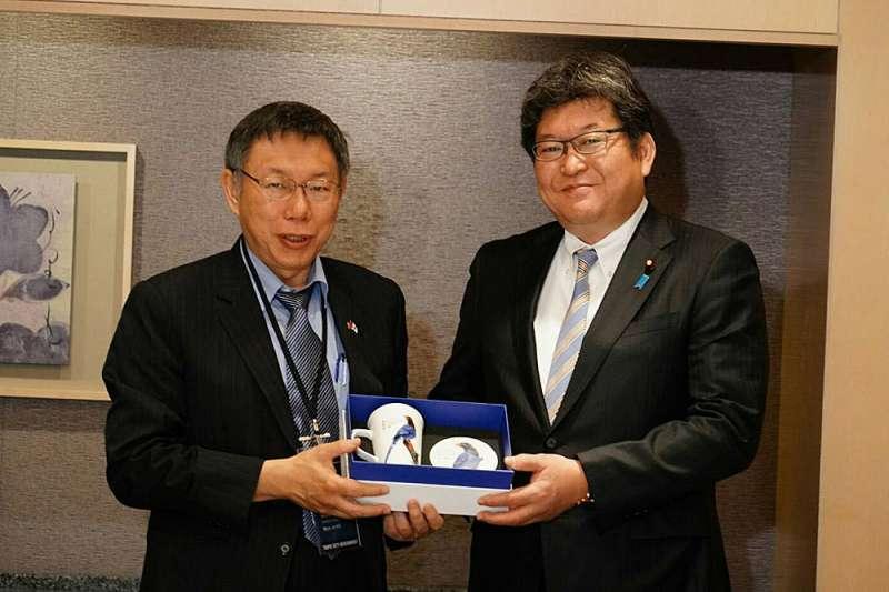 柯文哲(左)訪日行拜會日本眾議員萩生田光一(右),談到福島核食議題。(台北市政府提供)