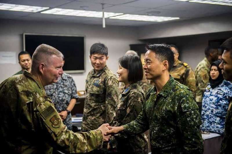 美方主動公布我軍軍官著軍服參與交流的照片。美軍354戰鬥機聯隊公共事務組。
