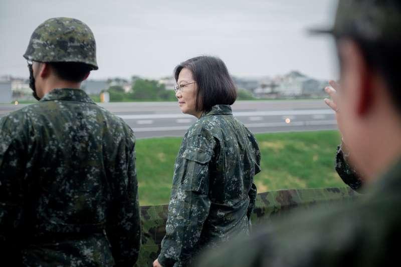 2019年5月總統蔡英文視導「漢光35號演習」彰化戰備道起降實兵操演。(取自總統府@Flickr)